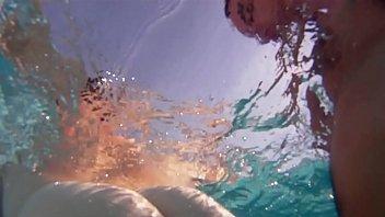 follando en la piscina bajo el agua sexo espa&ntilde_ol