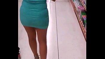 luciendo piernas en las tiendas
