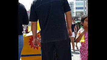 [milf] en jean ajustados comprando helado