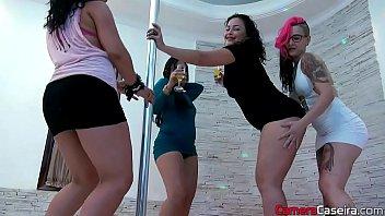 gatas l&eacute_sbicas ficam nuas na festa