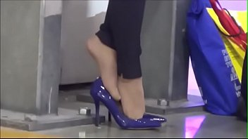 cams4free.net - business woman tired feet.