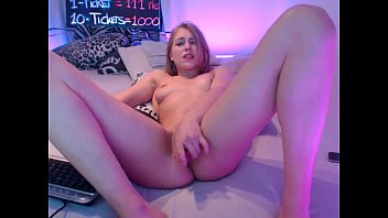 teen siswet19 flashing pussy on live webcam.