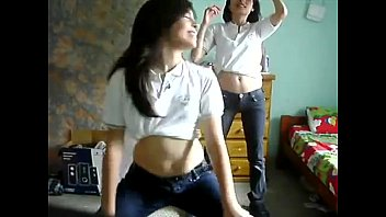 las amigas bailando en la habitacion  muy sexsy
