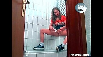 teen girl piss in middle of.