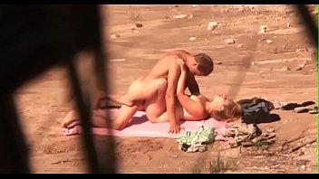 coppia ripresa di nascosto mentre scopa.