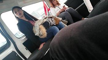 mujer guapa en la combi