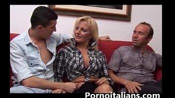bionda mamma italiana scopata da due maschioni dai.