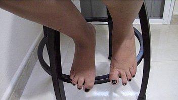 mujer abre las piernas y enseñ_a.