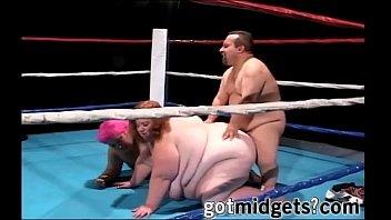 poor midget man fucks 2 extra bbw on ring