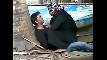 muslim aunty fucking young college boy secretely in beach