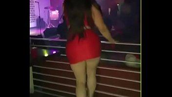 chica culona mueve sexy las caderas.