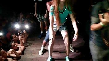 girl gets jumped on stage!! novinha.