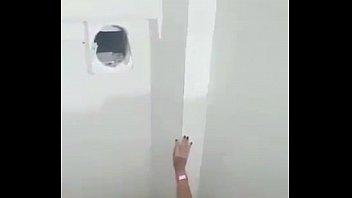 christina basttos no banheiro da festa