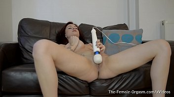 sexy tattood babe vibrater her clit with the.