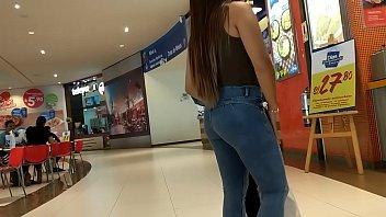 linda nena en jeans con culo remarcado con.
