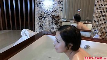 asiatique prend son bain avec sa webcam - sexy-cam.fr