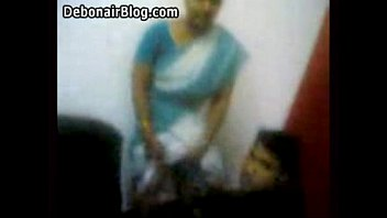 aunty lifting her saree up
