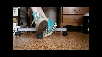 novinha brincando tirando sneakers converse azul claro sujos.