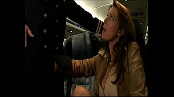 le pilote rassure une voyageuse -.