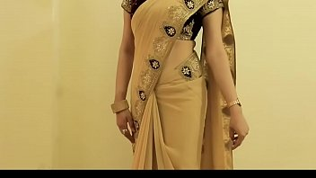 hot girl saree wearing and showing her navel.