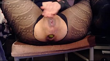 milf inserts apples in her ass hole and gapes