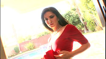 sunny leone strip indian saree