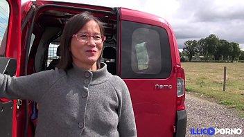 milf asiatique enculée à l'_arrière de la camionette.