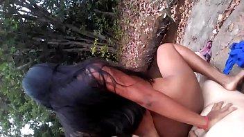 e amante en el rio de espalda montando.