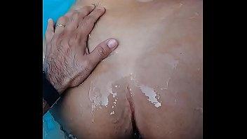 dando a buceta na piscina, pro.