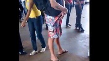 novinho pegando no pau na fila
