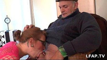 jeune salope francaise sodomise pendant qu elle suce.