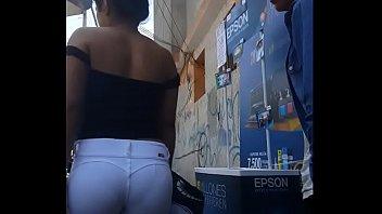 linda mujer culona en jeans