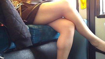 hermosas piernas en transmetro perra se soba el culo